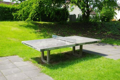 Tischtennisplatte auf dem Spielplatz