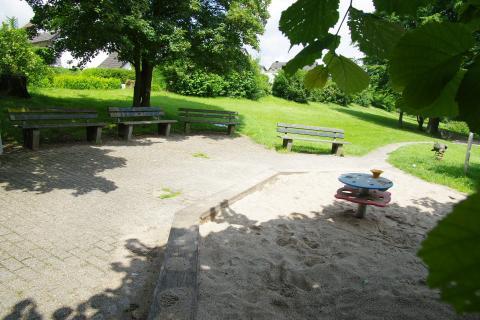 Sitzgelegenheiten für Eltern auf dem Spielplatz