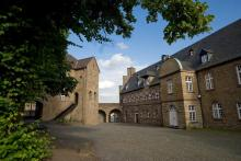 Schloß Broich -Zum Schutz vor den Normannen, erwuchs aus der wehrhaften Burg im Laufe der Jahrhunderte das heutige Schloß Broich