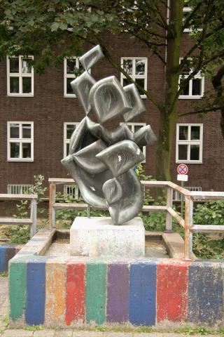 Barta, Lajos: Skulptur auf dem Schulhof der Otto-Pankok-Schule, Gesamtansicht mit Sockel, Foto: Kunstmuseum Mülheim an der Ruhr/ Ralf Raßloff 2008.