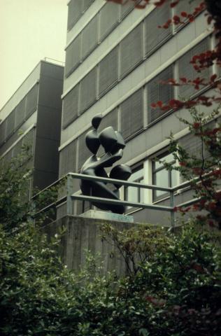 Barta, Lajos: Skulptur auf dem Schulhof der Otto-Pankok-Schule, Ansicht von Von-Bock-Str., Foto: Kunstmuseum Mülheim an der Ruhr 2001.