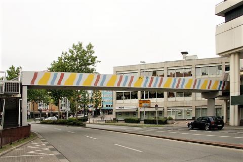 Brands, Will: Farbgestaltung der Brücke über dem Dickswall, Ansicht von Dickswall, Foto: Kunstmuseum Mülheim an der Ruhr.