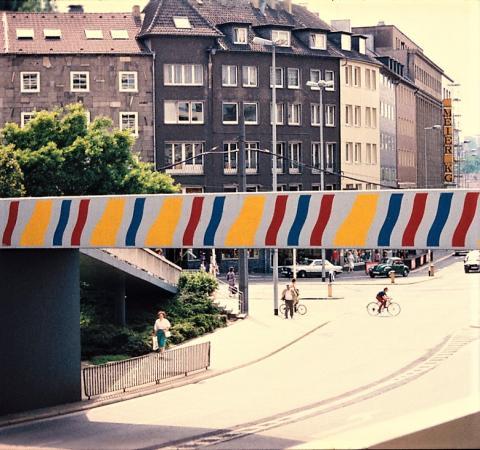 Brands, Will: Farbgestaltung der Brücke über dem Dickswall, Ansicht von Dickswall, Foto: Kunstmuseum Mülheim an der Ruhr 1979 (?).