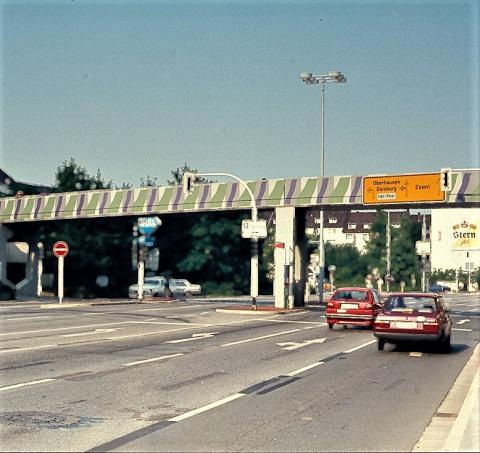 Brands, Will: Farbgestaltung der (Bocks-)Brücke über dem Dickswall, Ansicht von Tourainer Ring, Foto: Kunstmuseum Mülheim an der Ruhr, um 1980.