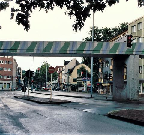 Brands, Will: Farbgestaltung der (Bocks-)Brücke über dem Dickswall, Ansicht von Dickswall in Richtung Tourainer Ring, Foto: Kunstmuseum Mülheim an der Ruhr, um 1980 (?).