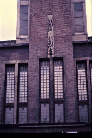 Schick, Grete: Relief über Eingangsportal, RS Stadtmitte, Zustand vor Sanierung in den 1990er (?) Jahren Foto: Kunstmuseum Mülheim an der Ruhr o.J..