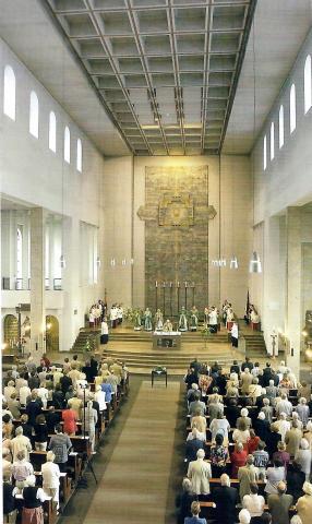 Rasche, Ernst: Chorwand mit Blick über das Kirchenschiff in St. Mariä Geburt; Foto: Mülheimer Jahrbuch 2005, S. 301.