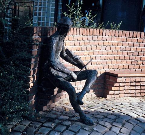 Friede-Kinalzik, Heide: Geigenspieler - Zustand mit Bogen; Foto: Kunstmuseum Mülheim an der Ruhr o.J..