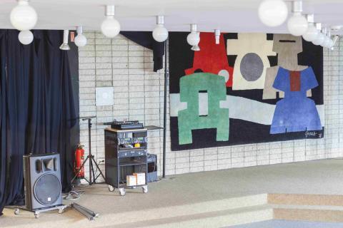 Graeff, Werner: o.T. (Wandteppich), Raumsituation in Stadtteilbibliothek Heißen; Foto: Kunstmuseum Mülheim an der Ruhr/ Ralf Raßloff 2020.