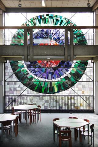 Hirsch, Ursula: Fenster in Katharinenschule, Gesamtansicht, Foto: Kunstmuseum Mülheim an der Ruhr/ Ralf Raßloff 2008.