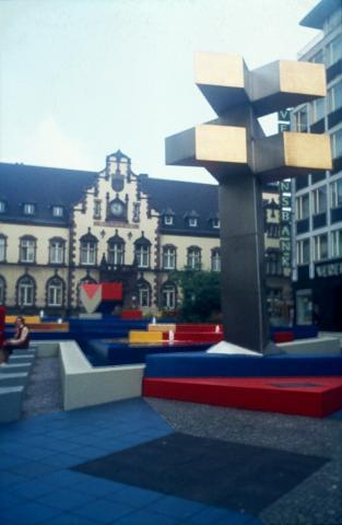 Hajek, Otto Herbert: Brunnen mit Platzgestaltung/ Synagogenplatz (damals: Viktoriaplatz), Detail der Brunnenanlage/ Stadtzeichen, © VG Bild-Kunst, Bonn 2019; Foto: Kunstmuseum Mülheim an der Ruhr, um 1980.
