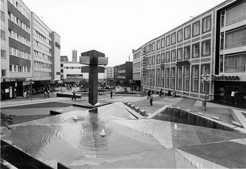 Hajek, Otto Herbert: Brunnen mit Platzgestaltung/ Synagogenplatz (damals: Viktoriaplatz), Ansicht vom Kunstmuseum in Richtung Schloßstraße, © VG Bild-Kunst, Bonn 2019; Foto: Stadt Mülheim an der Ruhr/ Walter Schernstein 1985.