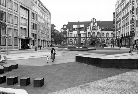 Hajek, Otto Herbert: Brunnen mit Platzgestaltung/ Synagogenplatz, Ansicht von der Schloßstraße aus, im Hintergrund die Fassade des Kunstmuseums Mülheim an der Ruhr, © VG Bild-Kunst, Bonn 2019; Foto: Stadt Mülheim an der Ruhr/ Walter Schernstein 1985.