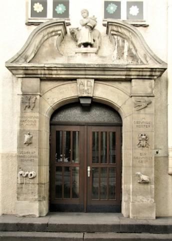Janssen, Ulfert: Fassadenreliefs an Klostermarktschule - Eingang links; Foto: Kunstmuseum Mülheim an der Ruhr 2016.