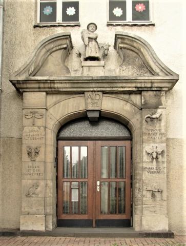 Janssen, Ulfert: Fassadenreliefs an Klostermarktschule - Eingang rechts; Foto: Kunstmuseum Mülheim an der Ruhr 2016.