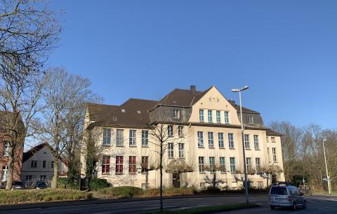 Janssen, Ulfert: Klostermarktschule - Gesamtansicht von Kölner Straße; Foto: Kunstmuseum Mülheim an der Ruhr 2019.