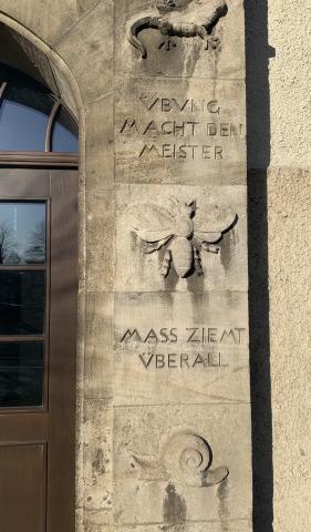 Janssen, Ulfert: Fassadenreliefs an Klostermarktschule - Eingang rechts-Details Schnecke, Libelle, Salamander; Foto: Kunstmuseum Mülheim an der Ruhr 2019.