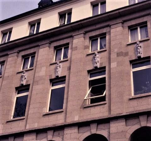 Janssen, Ulfert: Bauplastik an ehem. Stadtbad; Foto: Kunstmuseum Mülheim an der Ruhr o.J. (1980er?).