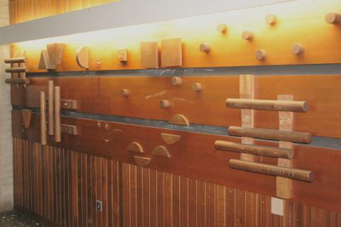 Koch-Gierlichs, Alice: Wandgestaltung/ Holzrelief, Detail; Foto: Kunstmuseum Mülheim an der Ruhr 2013.