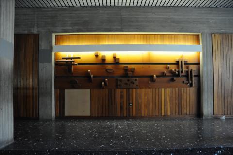 Koch-Gierlichs, Alice: Wandgestaltung/ Holzrelief, Gesamtansicht eines Wandabschnitts; Foto: Kunstmuseum Mülheim an der Ruhr 2013.