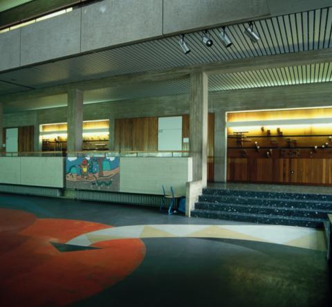 Koch-Gierlichs, Alice: Wandgestaltung/ Holzrelief, Detail; Gesamtansicht mit Pausenhalle (auf dem Boden: Bodenbelag von Helmut Lankhorst): Kunstmuseum Mülheim an der Ruhr vor 2001.