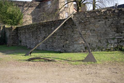 Könitz, Peter: 130 Grad außen, Gesamtansicht mit zerstörtem Quer-Balken, © VG Bild-Kunst, Bonn, 2019; Foto: Kunstmuseum Mülheim an der Ruhr/ Ralf Raßloff 2008.
