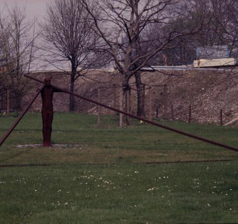 Könitz, Peter: Raumbeschreibung, Vorderansicht - mit ehem. Auffahrt zur Konrad-Adenauer-Brücke, Foto: Kunstmuseum Mülheim an der Ruhr, 1983 (?); © VG-Bildkunst, Bonn 2019.