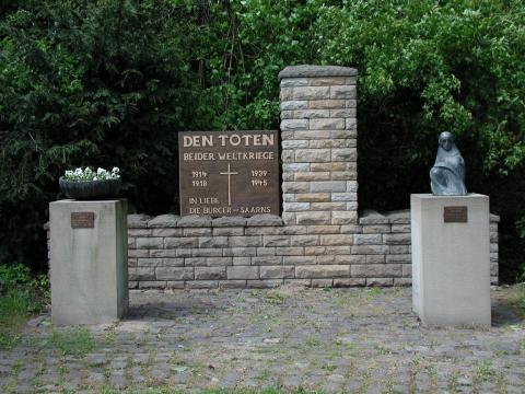 Kühn, Herbert: Gesamtansicht des Ehrenmals, Skulptur auf Sockel rechts, Foto: Kunstmuseum Mülheim an der Ruhr 2001.