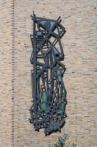 Lankhorst, Helmut: Metallplastik an Außenwand der Karl-Ziegler-Schule, Gesamtansicht, Foto: Kunstmuseum Mülheim an der Ruhr/ Ralf Raßloff 2008.