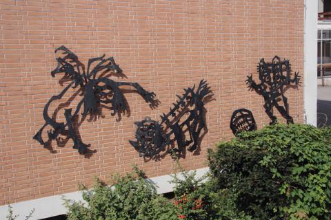 Lankhorst, Helmut: Metallplastik an Außenwand der Schule an der Bruchstraße, Detail rechts; Foto: Kunstmuseum Mülheim an der Ruhr/ Ralf Raßloff 2008.