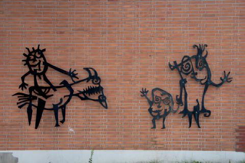 Lankhorst, Helmut: Metallplastik an Außenwand der Schule an der Bruchstraße, Detail; Foto: Kunstmuseum Mülheim an der Ruhr/ Ralf Raßloff 2008.