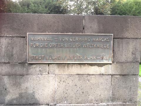 MarMarcks, Gerhard: Mahnmal für die Toten beider Weltkriege, Inschrift an Außenwand; Foto: Kunstmuseum Mülheim an der Ruhr 2019.
