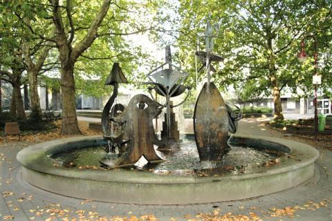 Nele, E.R.: Brunnen mit Platzgestaltung, Gesamtansicht; Foto: Kunstmuseum Mülheim an der Ruhr 2007.