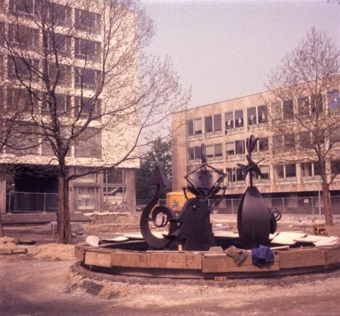 Nele, E.R.: Brunnen mit Platzgestaltung, während der Bauarbeiten; Foto: Kunstmuseum Mülheim an der Ruhr 1988 (?).