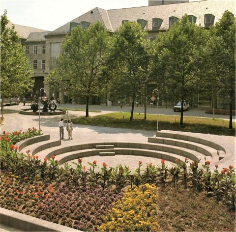 Nele, E.R.: Brunnen mit Platzgestaltung, Brunnenanlage mit Platzgestaltung (Brunnen im Hintergrund); Foto: Mülheimer Jahrbuch, Mülheim an der Ruhr 1990, S. 207.