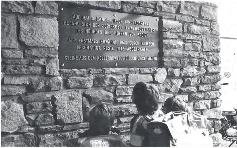 """Gedenktafel """"Spickert""""; Foto: Mülheimer Jahrbuch 1998, S. 130."""