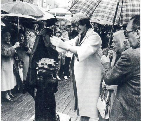 Pankok, Otto: Mädchen mit Ball - Aufstellung der Skulptur im Mai 193; Foto: Kunstmuseum Mülheim an der Ruhr 1983.