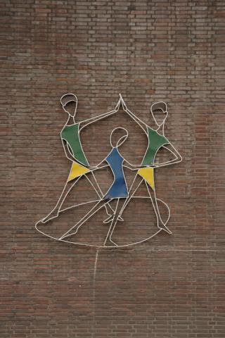 Rasche, Ernst: Drei tanzende Kinder, Metallrelief an der Städt. Grundschule am Sunderplatz; Foto: Kunstmuseum Mülheim an der Ruhr 2007.