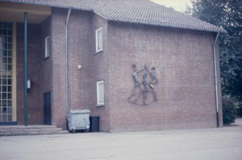 Rasche, Ernst: Drei tanzende Kinder, Metallrelief an der Städt. Grundschule am Sunderplatz; Foto: Kunstmuseum Mülheim an der Ruhr um 1990 (?).