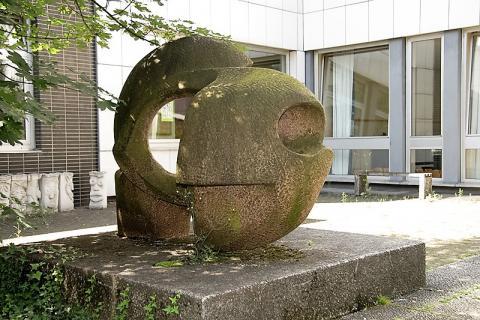 Rasche, Ernst: Skulptur mit Innenhofgestaltung an der Karl-Ziegler-Schule, Rückansicht, Foto: Kunstmuseum Mülheim an der Ruhr/ Ralf Raßloff 2008.