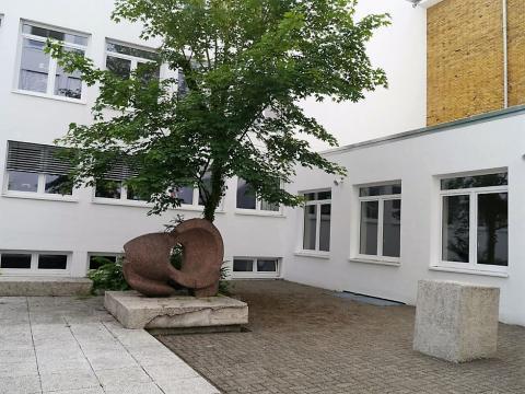 Rasche, Ernst: Skulptur mit Innenhofgestaltung an der Karl-Ziegler-Schule, Ansicht mit Säulenelement, Zustand 2016 (nach Fassadensanierung), Foto: Kunstmuseum Mülheim an der Ruhr 2016.