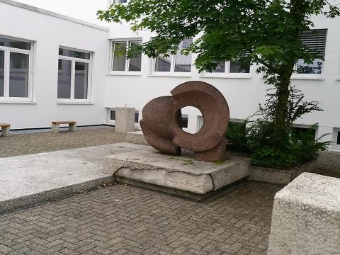 Rasche, Ernst: Skulptur mit Innenhofgestaltung an der Karl-Ziegler-Schule, Ansicht mit Bänken und Trinkwasserbrunnen, Zustand 2016 (nach Fassadensanierung), Foto: Kunstmuseum Mülheim an der Ruhr 2016.