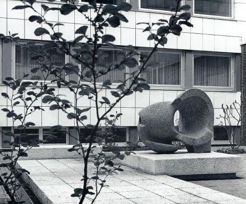 Rasche, Ernst: Skulptur mit Innenhofgestaltung an der Karl-Ziegler-Schule, Foto: Archiv Ernst Rasche, 1972.