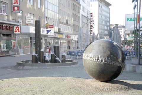 Rasche, Ernst: Brunnen- und Platzgestaltung, Kreuzung Schloßstraße/ Löhberg; Foto: Kunstmuseum Mülheim an der Ruhr 2008.