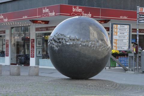 Rasche, Ernst: Brunnen- und Platzgestaltung, Kreuzung Schloßstraße/ Löhberg; Foto: Kunstmuseum Mülheim an der Ruhr 2007.
