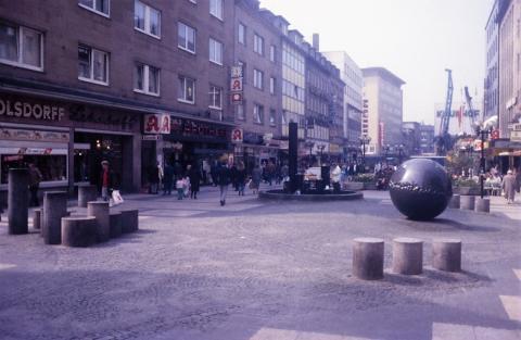 Rasche, Ernst: Brunnen- und Platzgestaltung, Kreuzung Schloßstraße/ Löhberg mit Blick über Schloßstraße; Foto: Kunstmuseum Mülheim an der Ruhr, vor 2001.