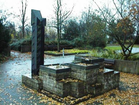 Rasche, Ernst: Leitbrunnen, Gesamtansicht; Foto: Kunstmuseum Mülheim an der Ruhr 2007.