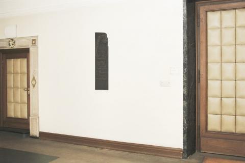 Rasche, Ernst: Gedenktafel (für die Opfer der nationalsozialistischen Gewaltherrschaft, Mitglieder des Stadtrates); Hängungssituation vor dem Ratssaal; Foto: Kunstmuseum Mülheim an der Ruhr 2009.