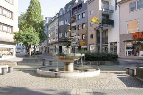 Rasche, Ernst: Dröppelminna (Brunnen- und Platzgestaltung), Blick Richtung Auerstraße; Foto: Kunstmuseum Mülheim an der Ruhr 2008.