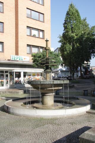Rasche, Ernst: Dröppelminna (Brunnen- und Platzgestaltung), zentrales Brunnenelement; Foto: Kunstmuseum Mülheim an der Ruhr 2008.